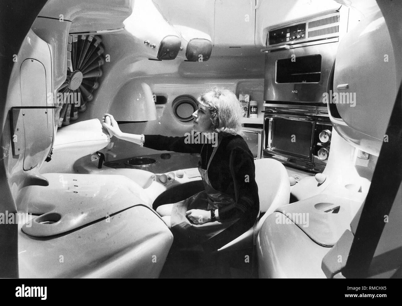 Diseñador Luigi Colani presentó este espacio estilo cocina esférica en la Feria Internacional del Mueble de Colonia en 1970. Todos los dispositivos necesarios se encuentran en la zona de alcance de ??el asiento montado de forma centralizada. La foto fue tomada en Munich, donde la cocina futurista Boehmler fue mostrada en la tienda de muebles. Imagen De Stock