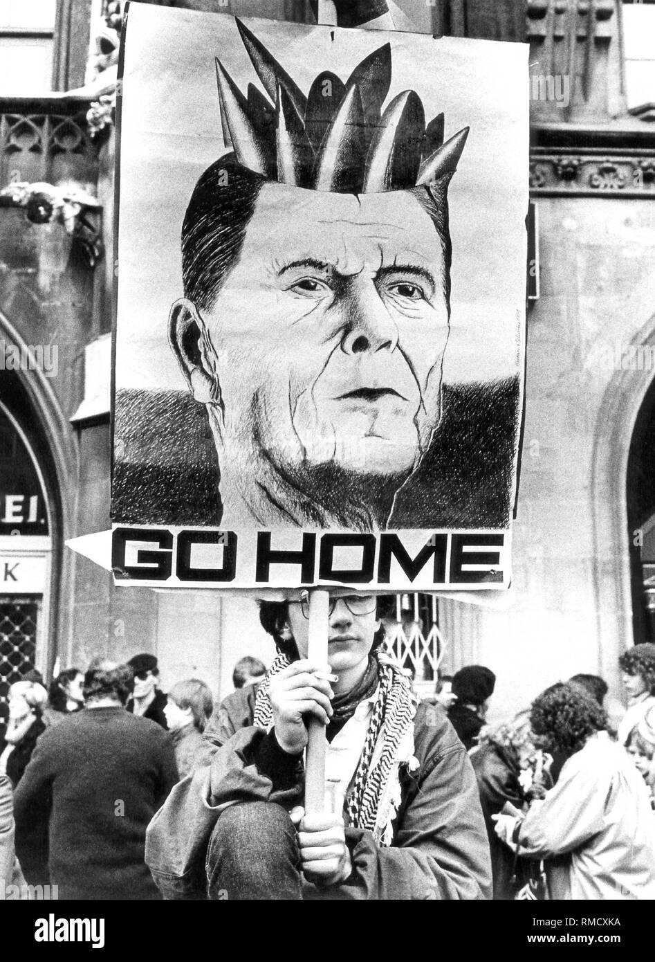 Un participante de una manifestación pacífica contra el armamento nuclear de la OTAN tiene un póster de Reagan. Imagen De Stock