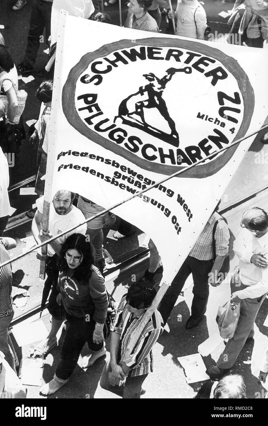 """Los manifestantes en una manifestación pacífica en ocasión de la reunión de la OTAN en Bonn llevar un cartel con la inscripción """"palabras para arados - el movimiento por la paz en el oeste saluda el movimiento por la paz en Timor"""". Imagen De Stock"""