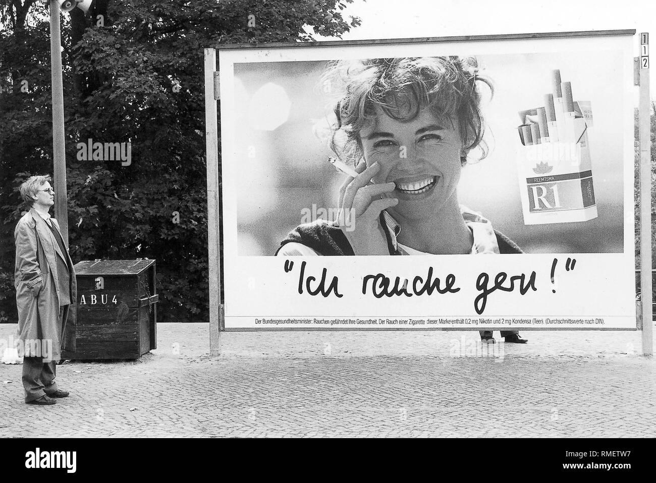 """Cartel de publicidad de cigarrillos de la marca 'R1' en la década de los 80s: """"Me gusta fumar!"""". Imagen De Stock"""