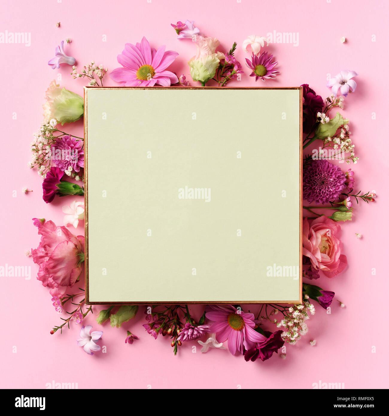 7e7499cc9395a Marco de flores rosas más incisivas de fondo pastel. Día de San Valentín