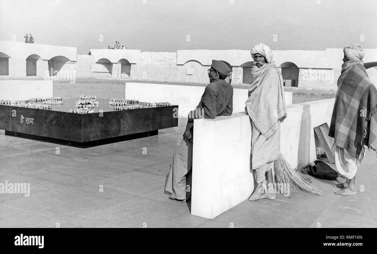 Los visitantes a la tumba de Mahatma Gandhi. La tumba, llamado Raj Ghat, es un cenotafio, desde las cenizas de Gandhi fueron dispersados en el Ganges y otras aguas. (Foto sin fecha) Foto de stock