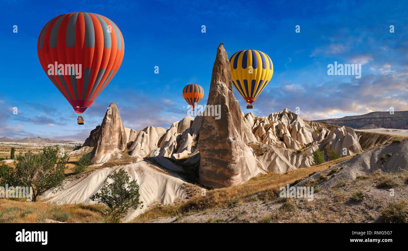 Fotos e imágenes de globos de aire caliente a través de las chimeneas de hadas pilar formaciones rocosas cerca de Goreme, Capadocia, Nevsehir, Turquía Imagen De Stock