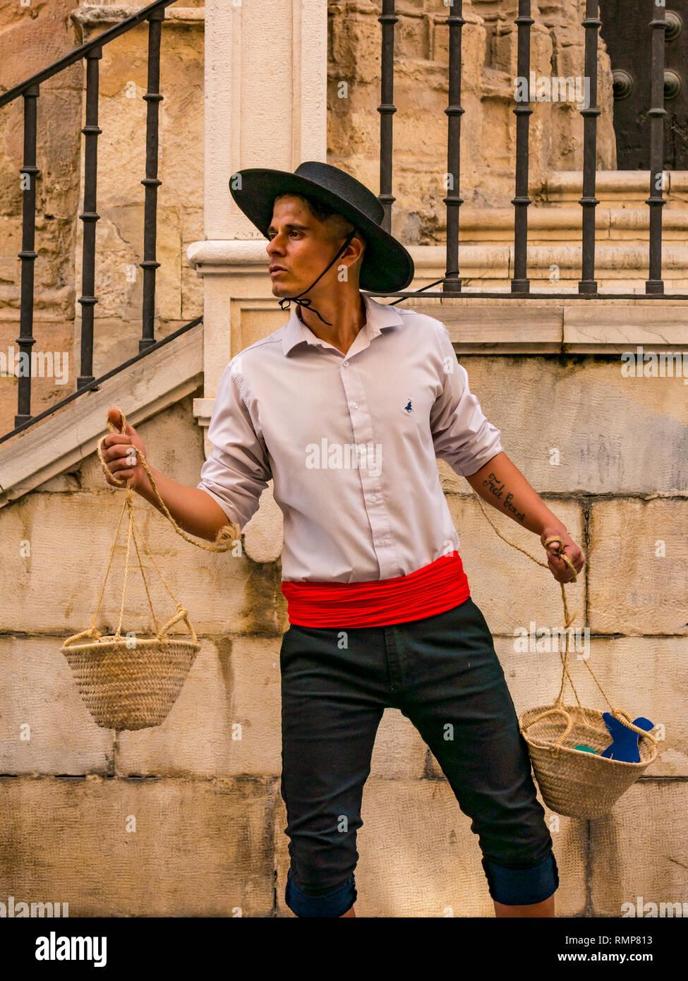 El hombre vestido con trajes tradicionales españoles como una estatua  touris viva fuera de la catedral 36cb29946c8