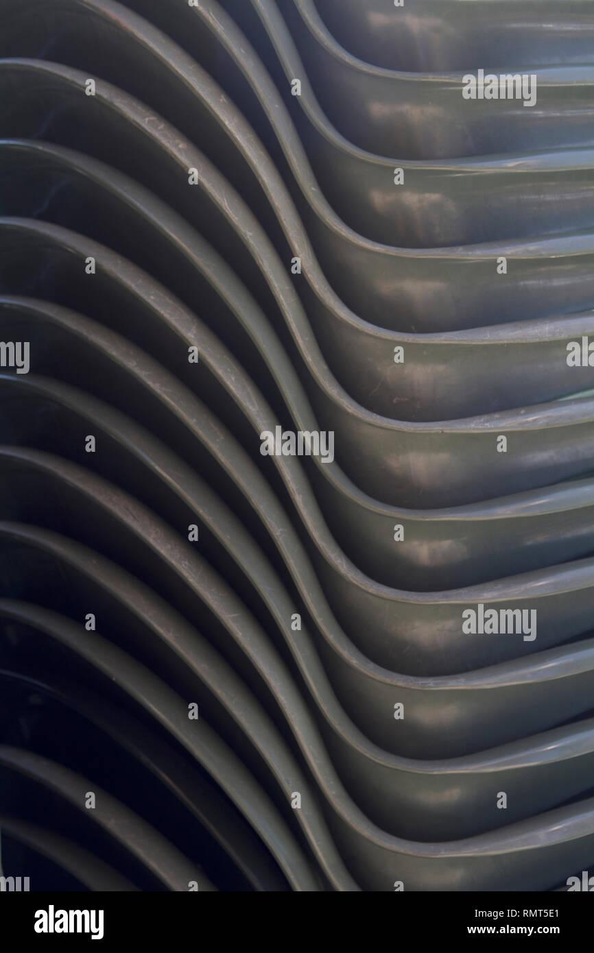 Sillas de plástico verde Alvito-Dark apiladas verticalmente cerca 3 Foto de stock