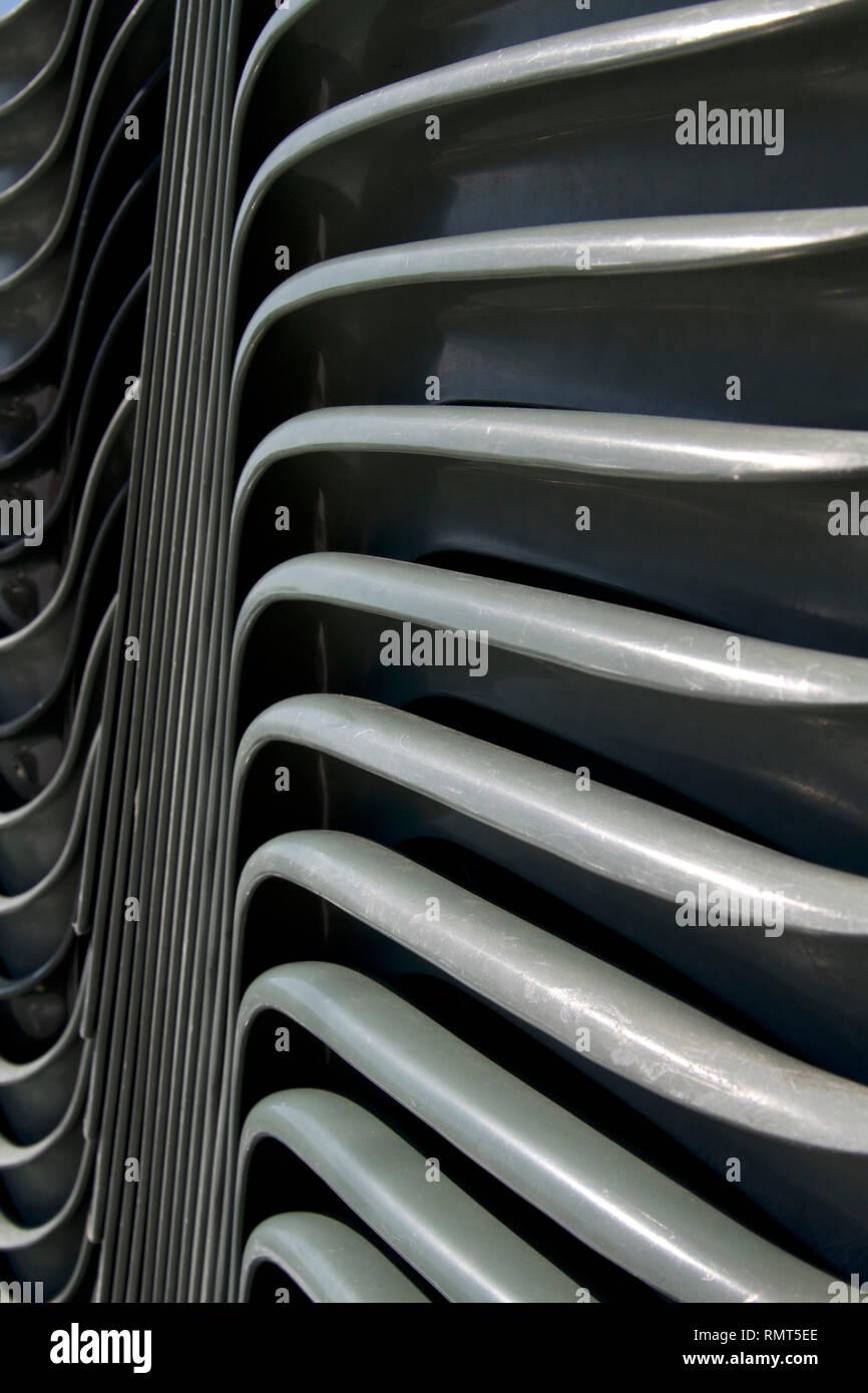 Sillas de plástico verde Alvito-Dark apiladas verticalmente cerca 5 Foto de stock