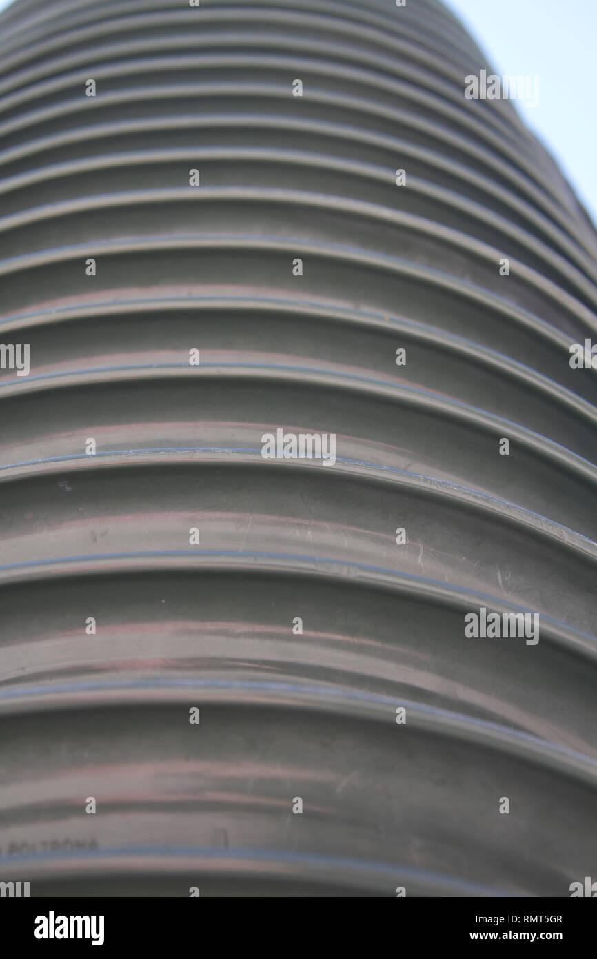 Sillas de plástico verde Alvito-Dark apiladas verticalmente cerca 9 Imagen De Stock