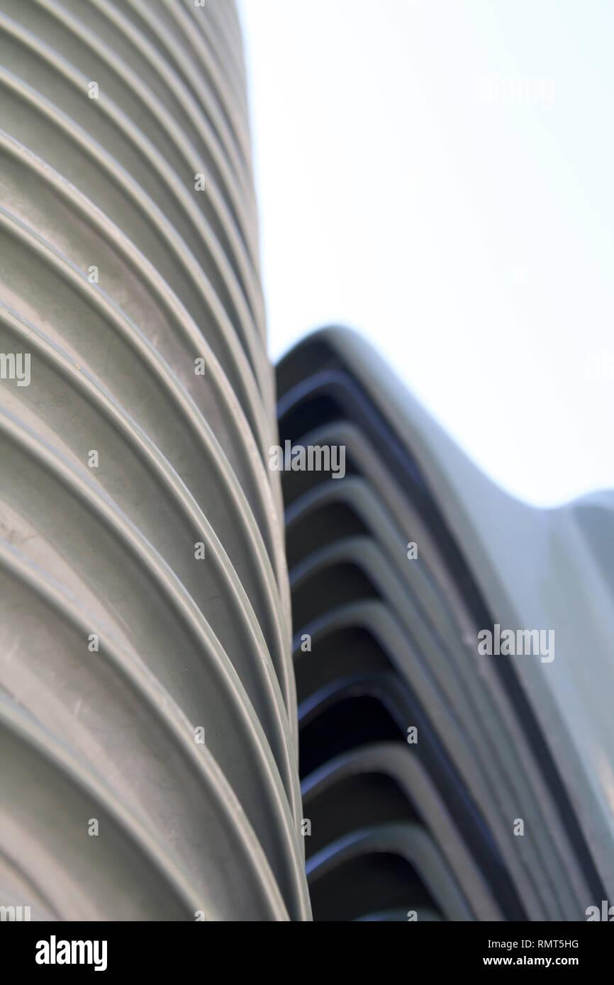 Sillas de plástico verde Alvito-Dark apiladas verticalmente cerrar 10 Imagen De Stock