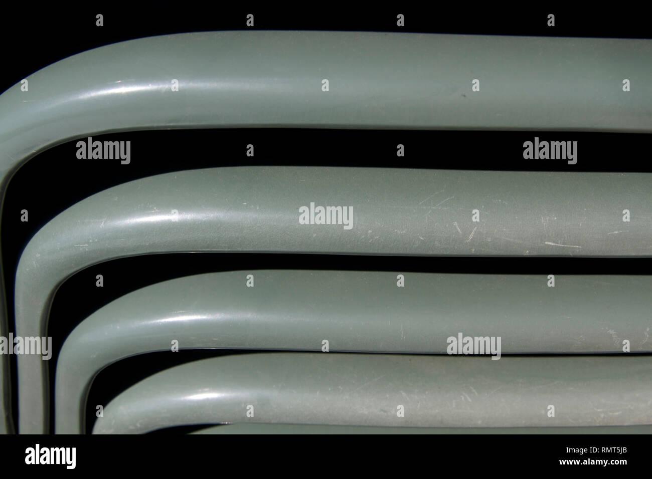 Sillas de plástico verde Alvito-Dark apiladas verticalmente cerrar 11 Imagen De Stock
