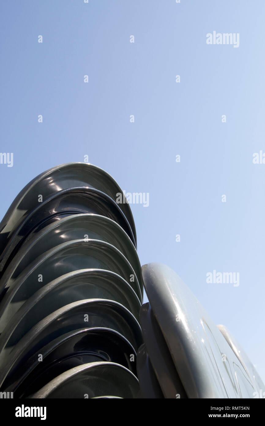 Sillas de plástico verde Alvito-Dark apiladas verticalmente cerrar 14 Imagen De Stock