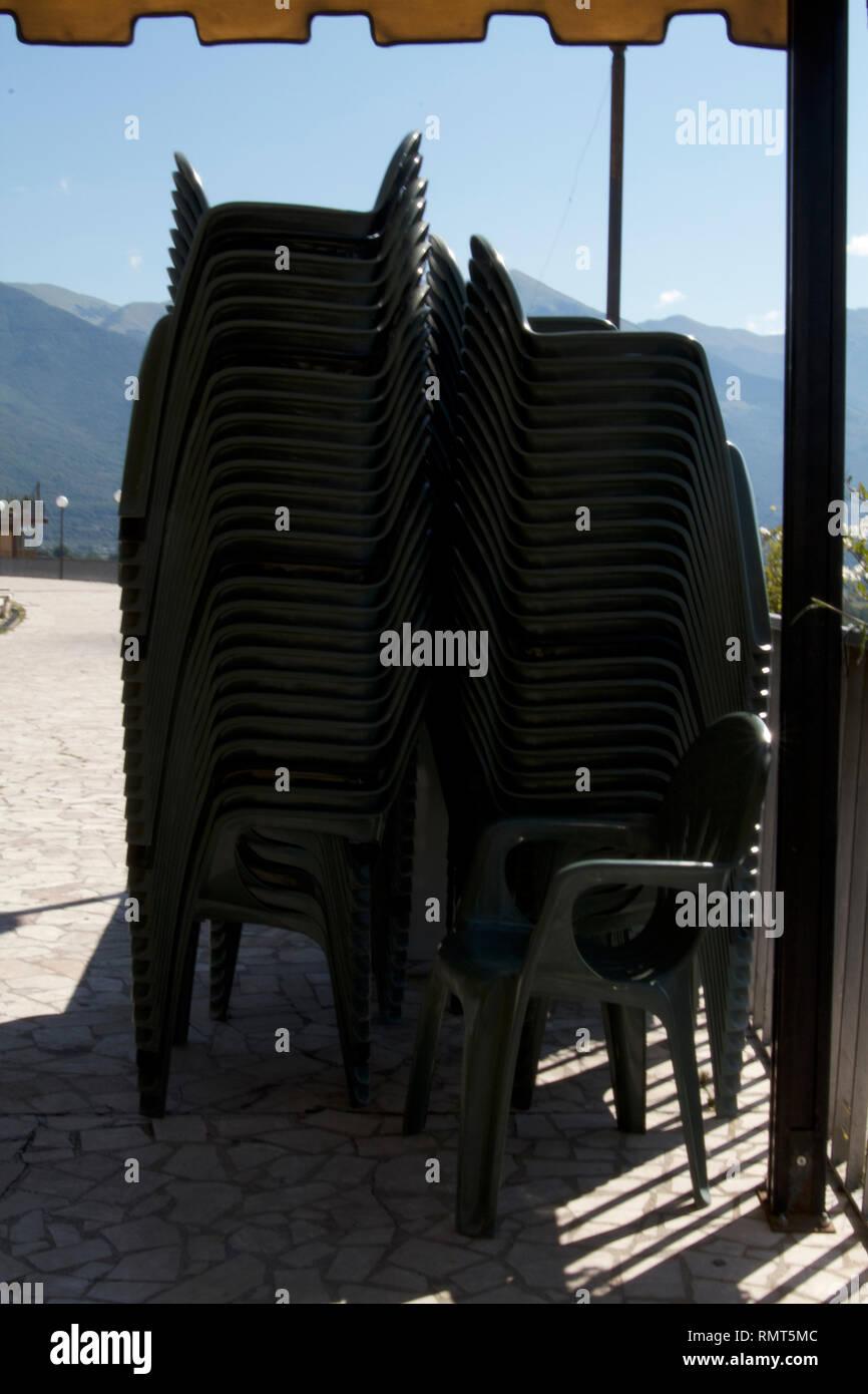 Sillas de plástico verde Alvito-Dark apiladas verticalmente Imagen De Stock