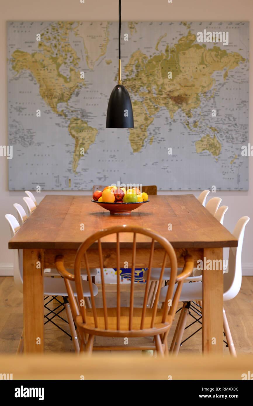 Mesa de comedor con mapa de pared. Imagen De Stock