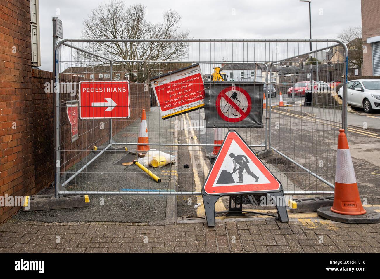 Y pavimento de carretera cerrada para los peatones como tubos de gas se han instalado o actualizado. Signos de peligro y conos de advertencia bloack la carretera. Imagen De Stock