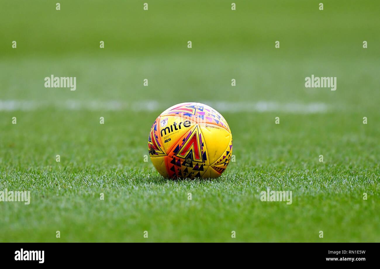 Una vista general de un balón oficial Mitre sobre el terreno de juego  durante el cielo 8118b99c968a8