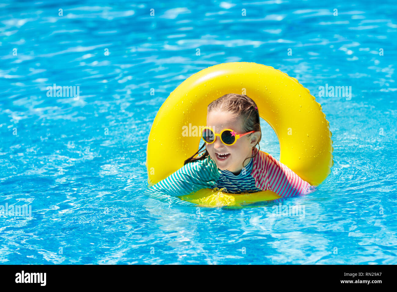 En La Anillo De Gafas Niño Sol Inflable PiscinaNiña Con kPXTuOZi