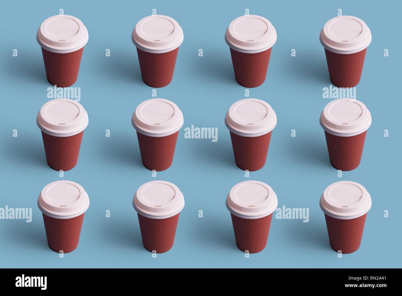 Tazas de café desechables organizadas en una fila sobre fondo azul. Foto de stock