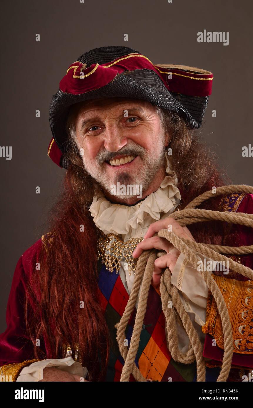 Retrato de sonriente pelirroja viejo pirata sosteniendo la cuerda, Foto de estudio Imagen De Stock