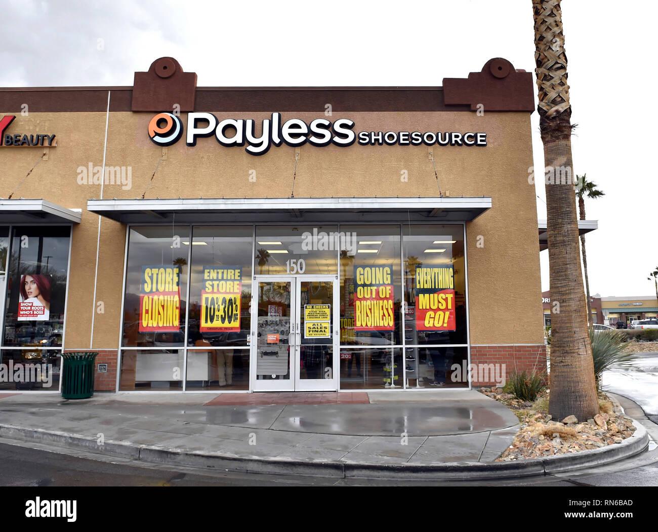 95d50e68e6a Tienda De Zapatos Con Descuento Imágenes De Stock   Tienda De ...