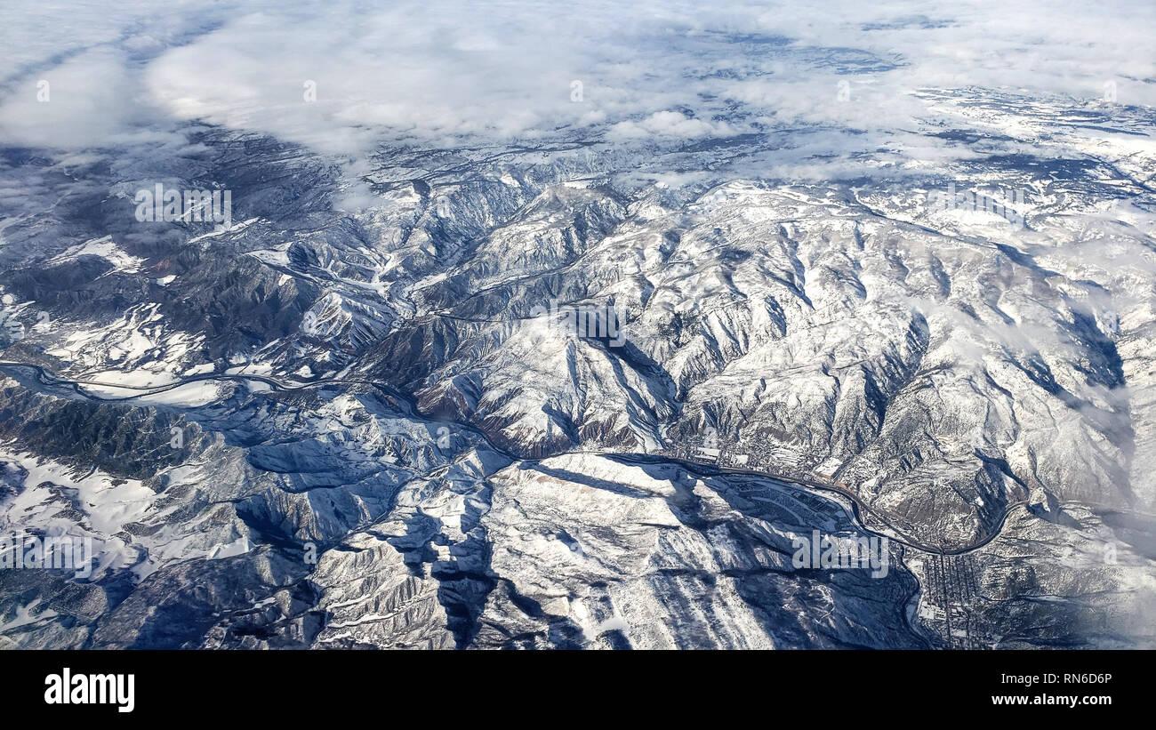 Impresionante vista aérea de imponentes montañas nevadas en Colorado, EE.UU. Foto de stock