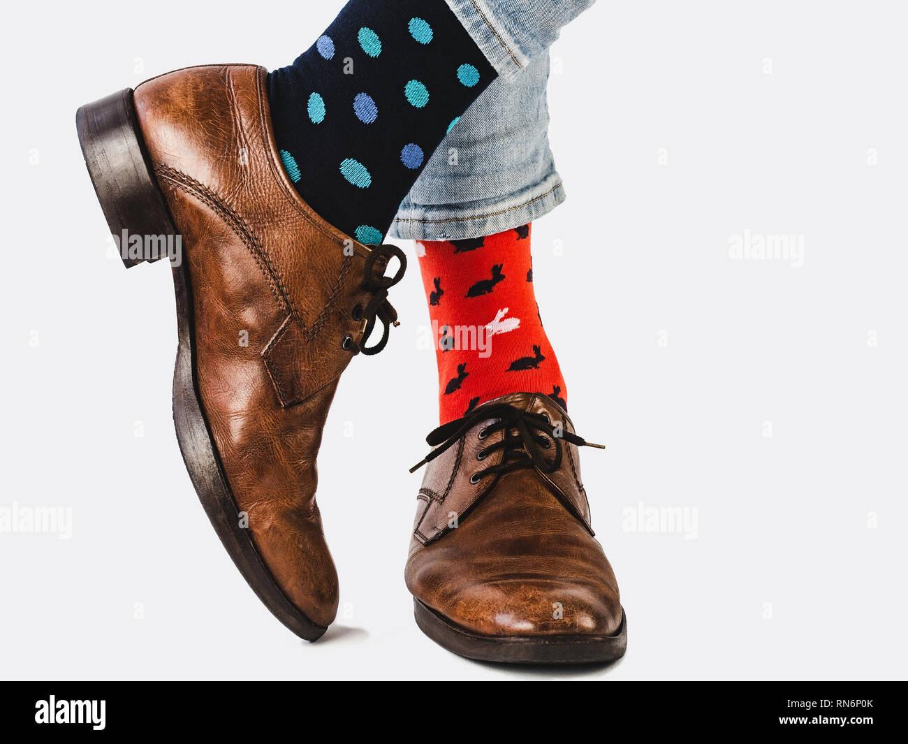 5faaf3e7 Gerente de oficina en elegantes zapatos, pantalones azules y brillantes,  coloridos calcetines sobre un fondo blanco, aislado. Close-up.