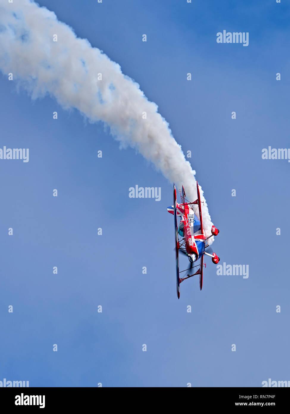 """Ricos Goodwin realiza en una exhibición aérea en su Pitts Special S-2S """"músculo"""" biplano Foto de stock"""