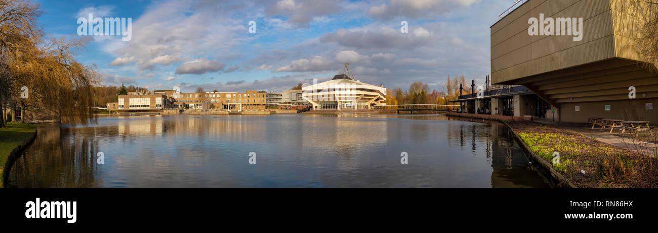 Foto panoramica de Hall Central y el lago en la Universidad de York, Reino Unido. Ejemplo de arquitectura Brutalist desde 1960 Imagen De Stock