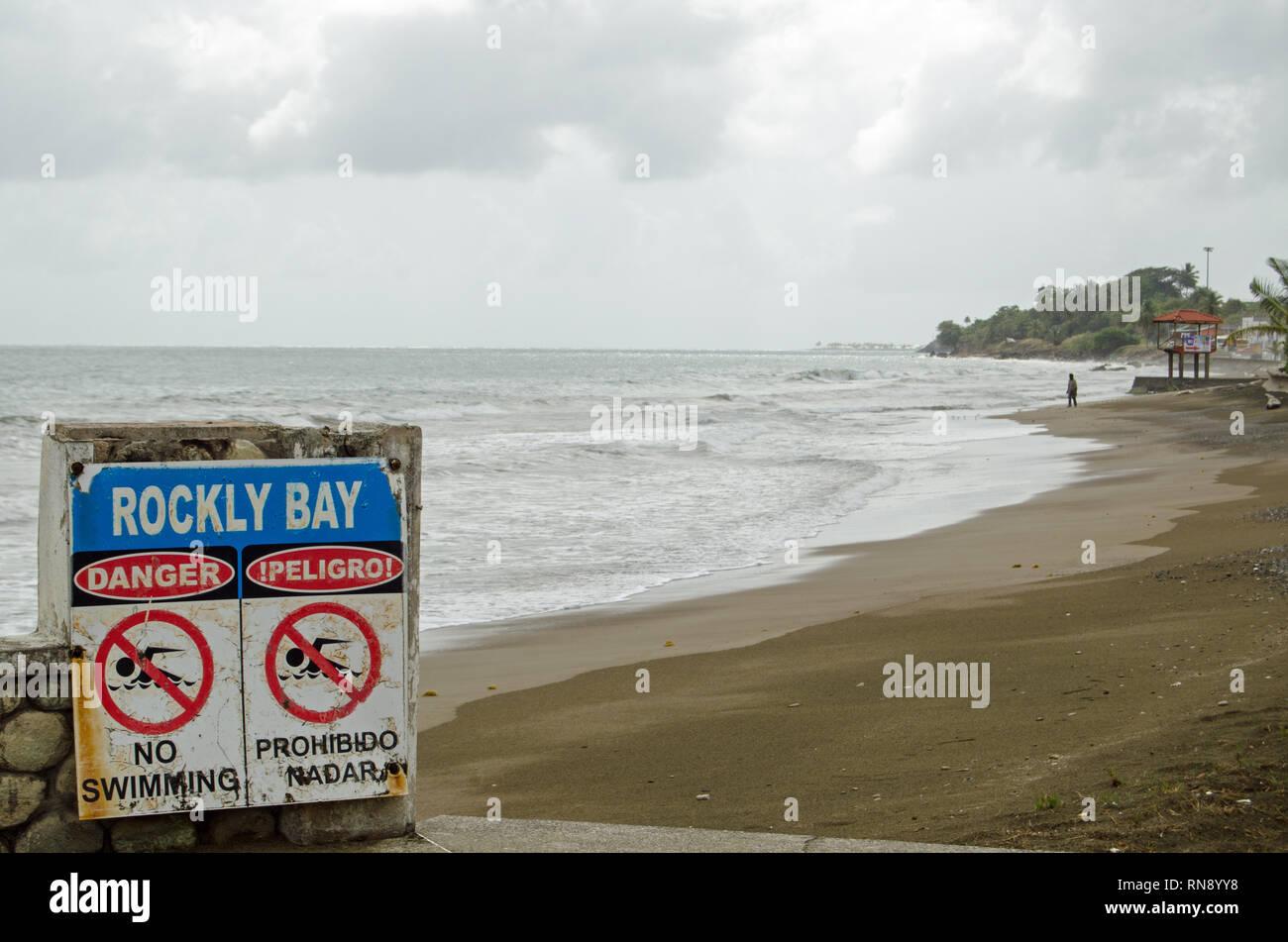 Las olas en la Bahía Rockly, Scarborough en una tarde nublada en la isla de Tobago, Trinidad y Tobago. Imagen De Stock