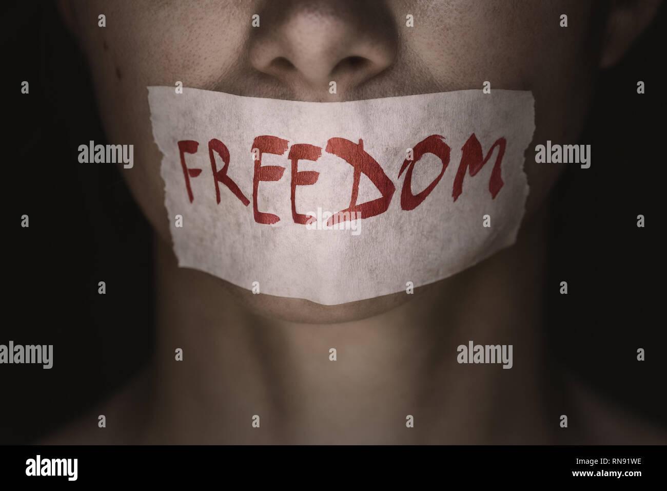 Libertad de expresión: las niñas enfrentan es sellada con cinta de cierre Imagen De Stock