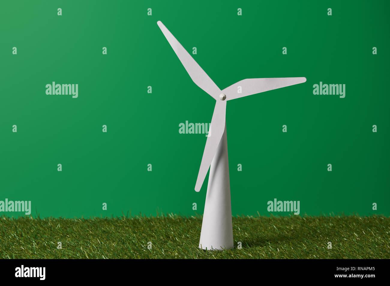 Molino Blanco modelo sobre la hierba verde y antecedentes Foto de stock