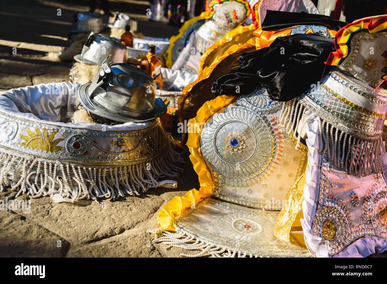 Detalles típicos trajes de Bolivia para que los hombres se visten de  carnaval y el baile ba5ac5913f3