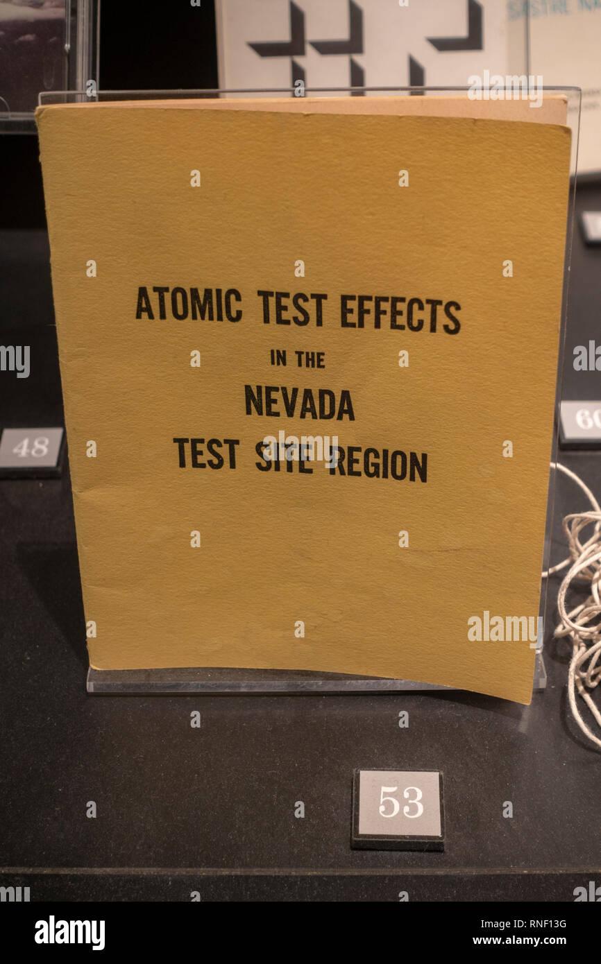 """Folleto """"prueba atómica de efectos en el Sitio de Pruebas de Nevada Región' de enero de 1955, Las Vegas, Nevada, Estados Unidos. Foto de stock"""