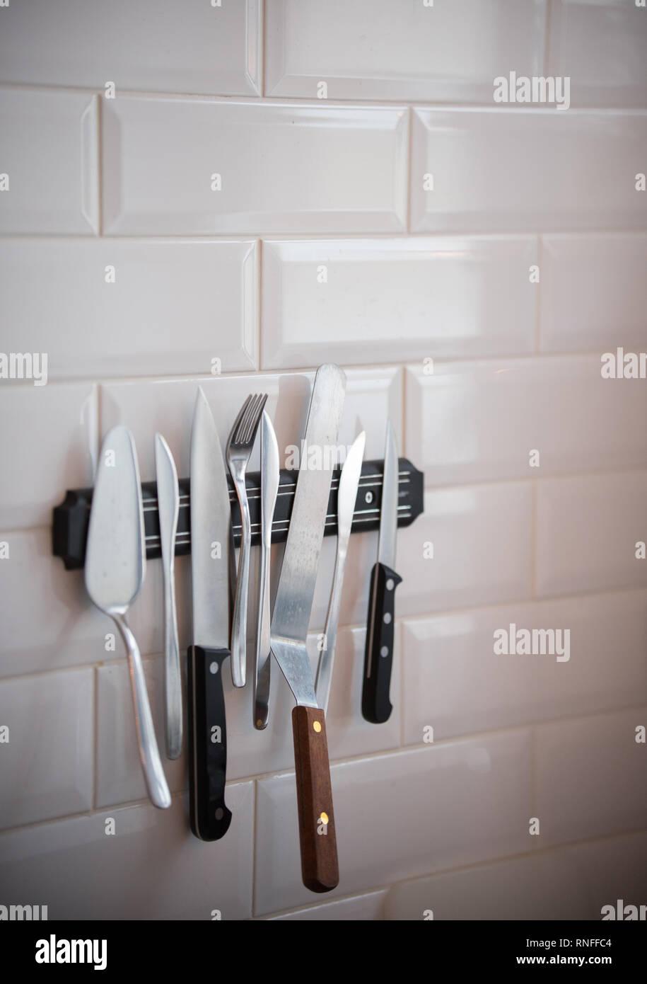 Cocina Vajilla colgando de la banda magnética en la pared Foto de stock