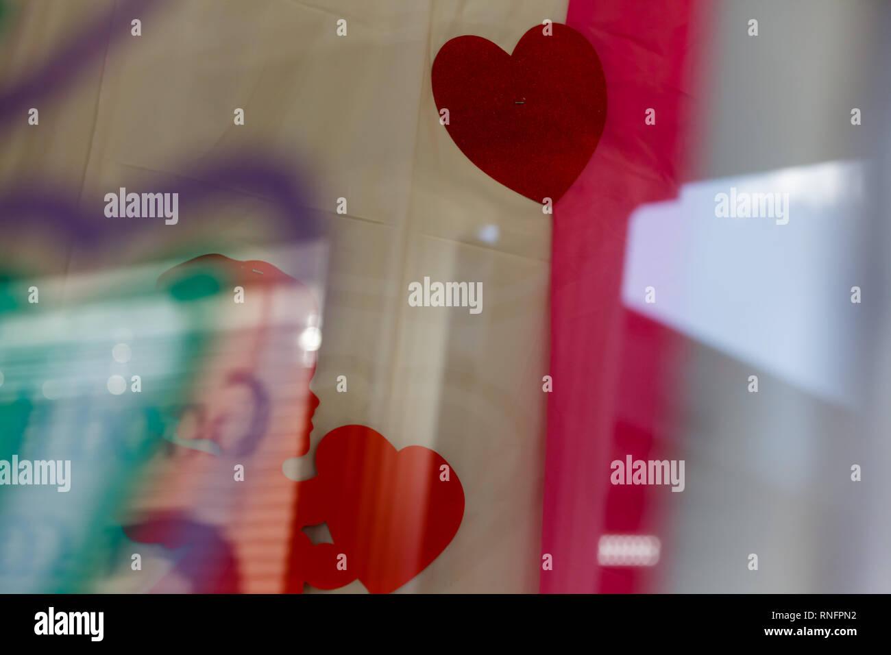 La ventana de la panadería, vestido para el Día de San Valentín. Imagen De Stock