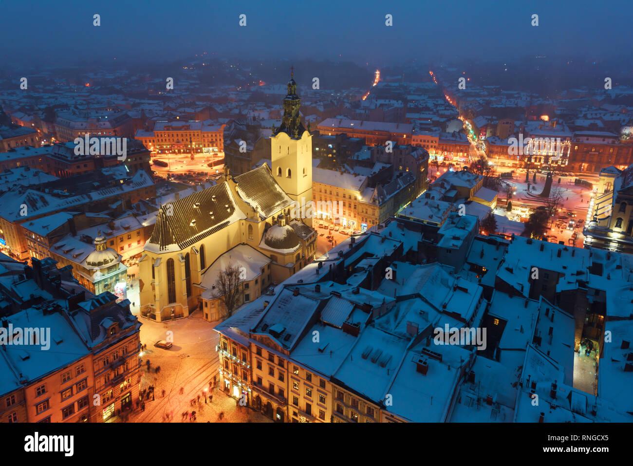 Lviv en época de invierno. La pintoresca vista de noche en el centro de la ciudad desde la parte superior del ayuntamiento. Europa oriental, Ucrania Foto de stock