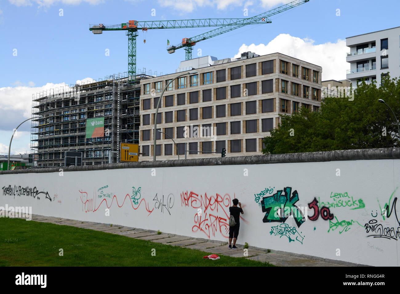 Alemania, Berlín, el muro, East Side Gallery, pared paintíngs y murales sobre la guerra fría y las paredes, graffitis en el reverso Imagen De Stock
