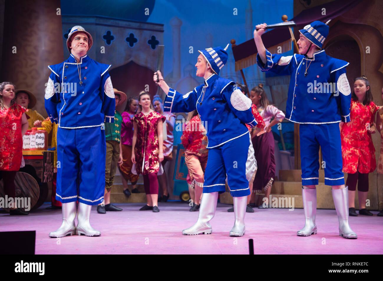 La pantomima británica tradicional entretenimiento familiar de Navidad : un aficionado no profesional de la compañía de teatro local (Los guardianes) actuando en el escenario en Aberystwyth Arts Centere. Enero de 2019 Imagen De Stock