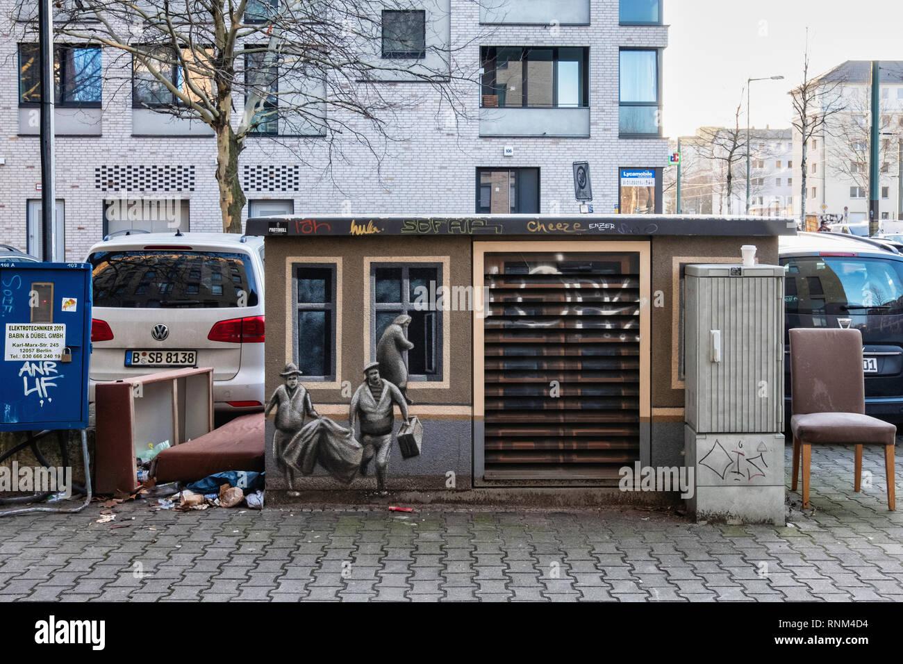,Berlín Mitte. Todavía la vida urbana. Cuadro de utilidad con la pintura de las personas que escapan de Berlín Oriental y abandonados muebles de dumping, silla y cama Imagen De Stock