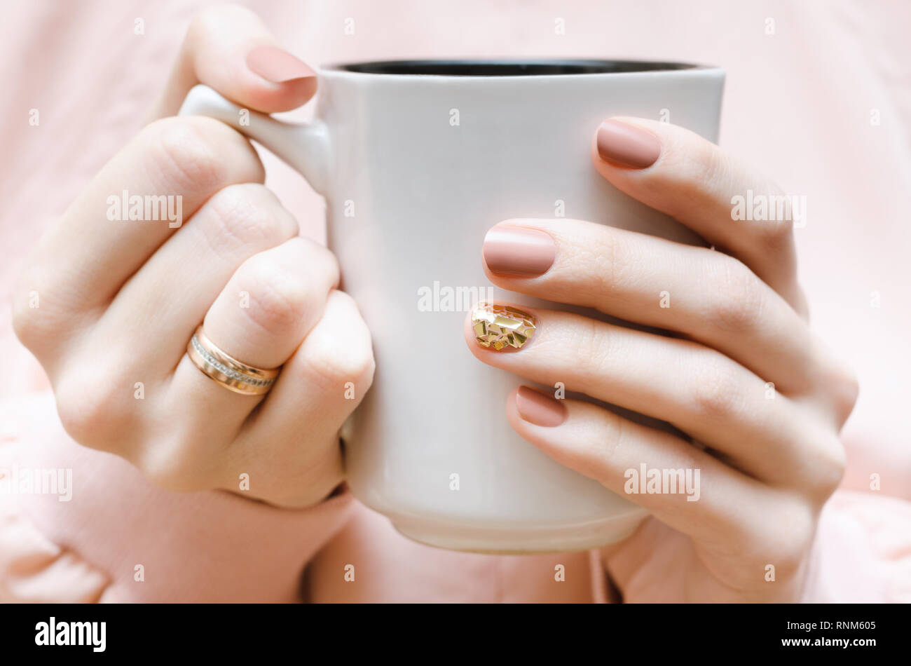 Manos Femeninas Con Diseño De Uñas De Color Beige Blanco La