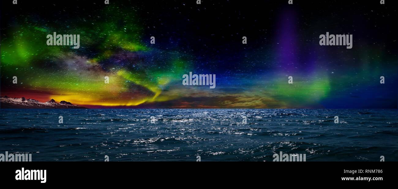 Hermosa, irreal, hermosa vista de noche de la reflexión de las luces del norte en el agua del mar y montañas nevadas. Noche Norte Lig Imagen De Stock