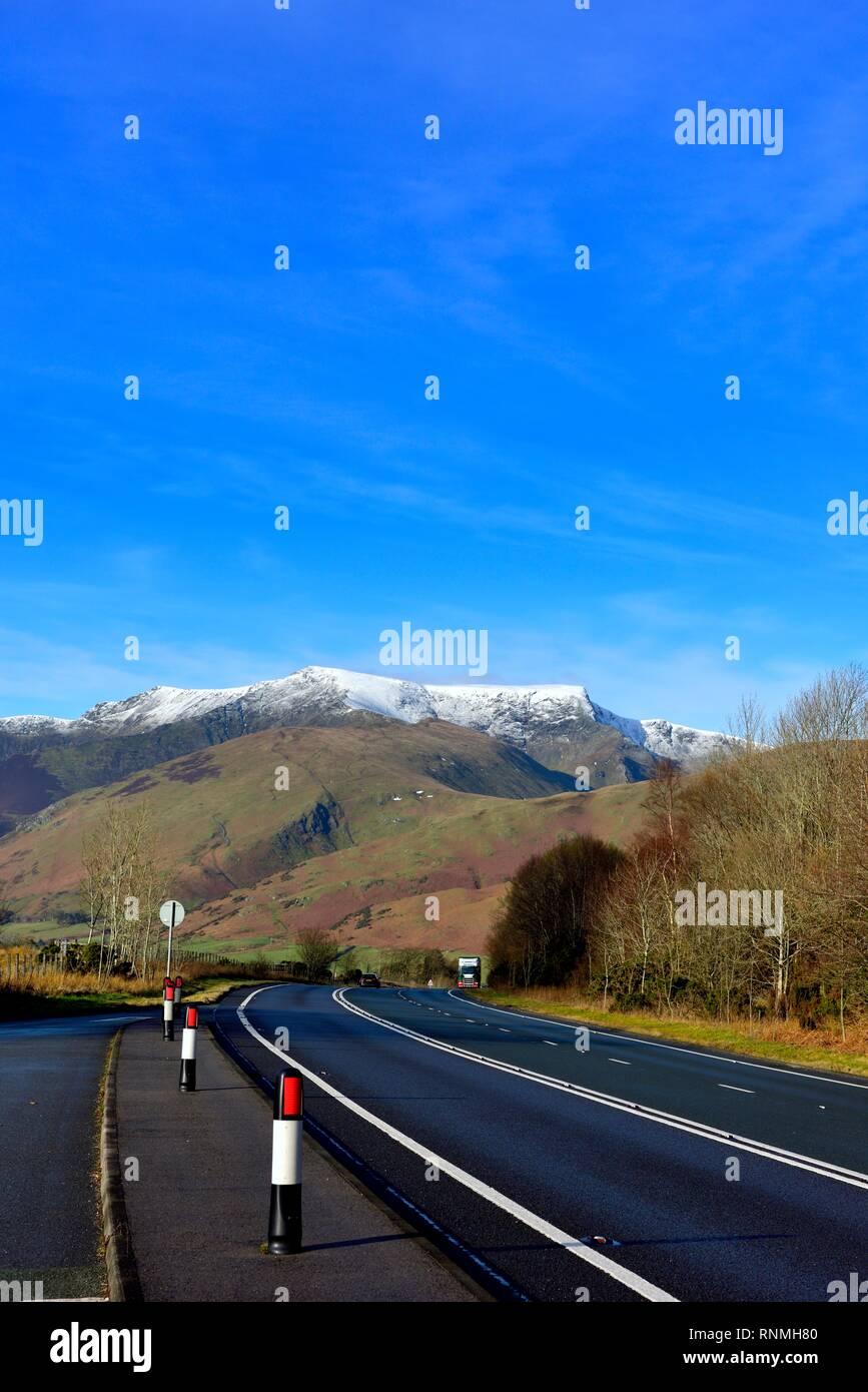 La carretera principal A66 al Lake District, Cumbria, Inglaterra, Reino Unido - con nevadas montañas Blencathra visible en la distancia. Foto de stock