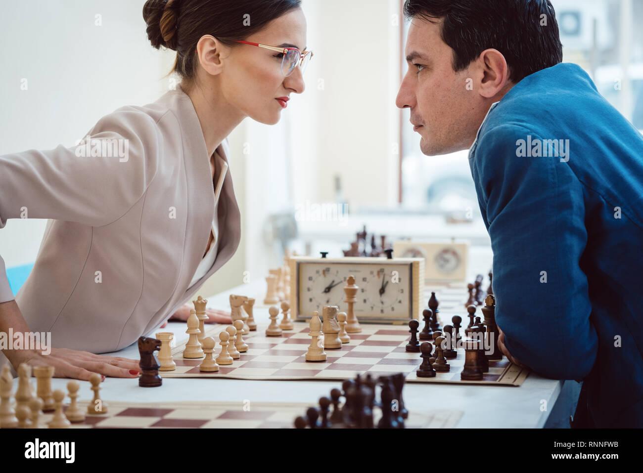 Concepto de enfrentamiento, empresarios jugando ajedrez Imagen De Stock