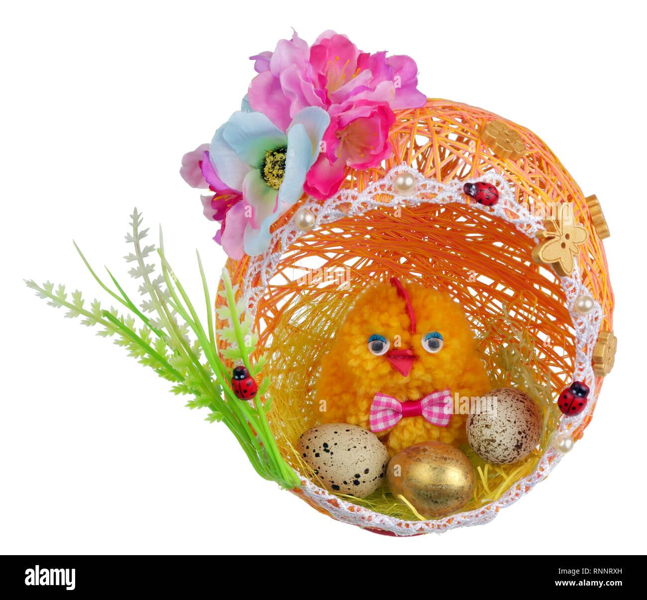 Artesanal de Pascua con huevos de pollo en el nido de la rosca y el papel. Aislado en blanco studio concepto Foto de stock
