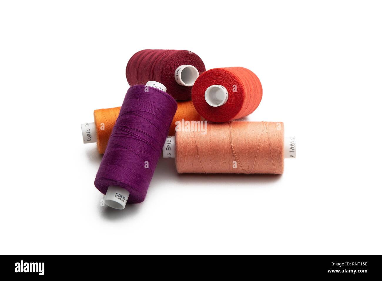 Conjunto de hilos de coser carrete en color sobre fondo blanco aislado Foto de stock