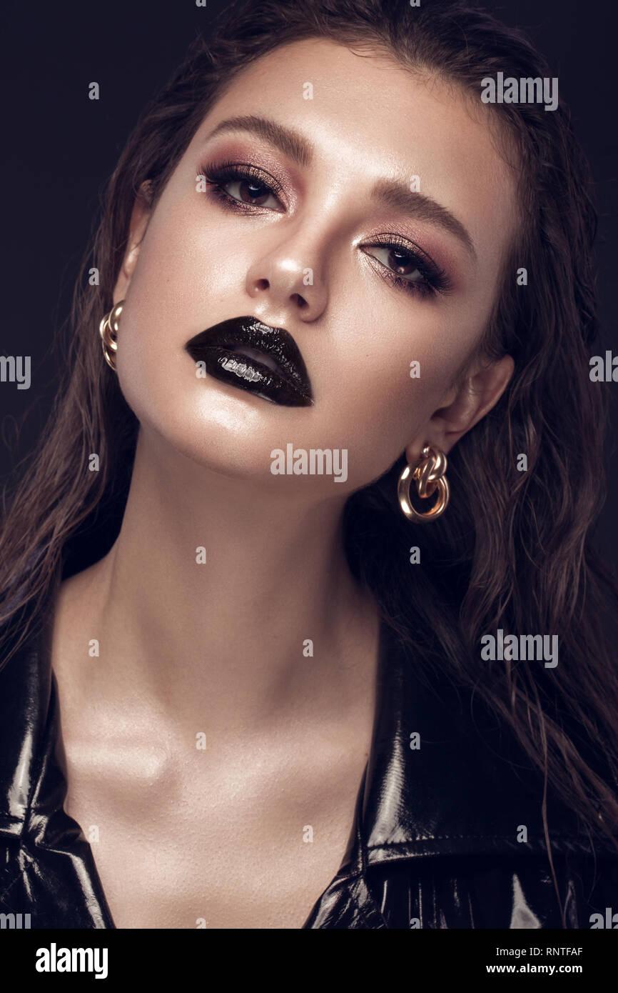 Hermosa Chica Con Arte Creativo De Maquillaje Vestido Negro