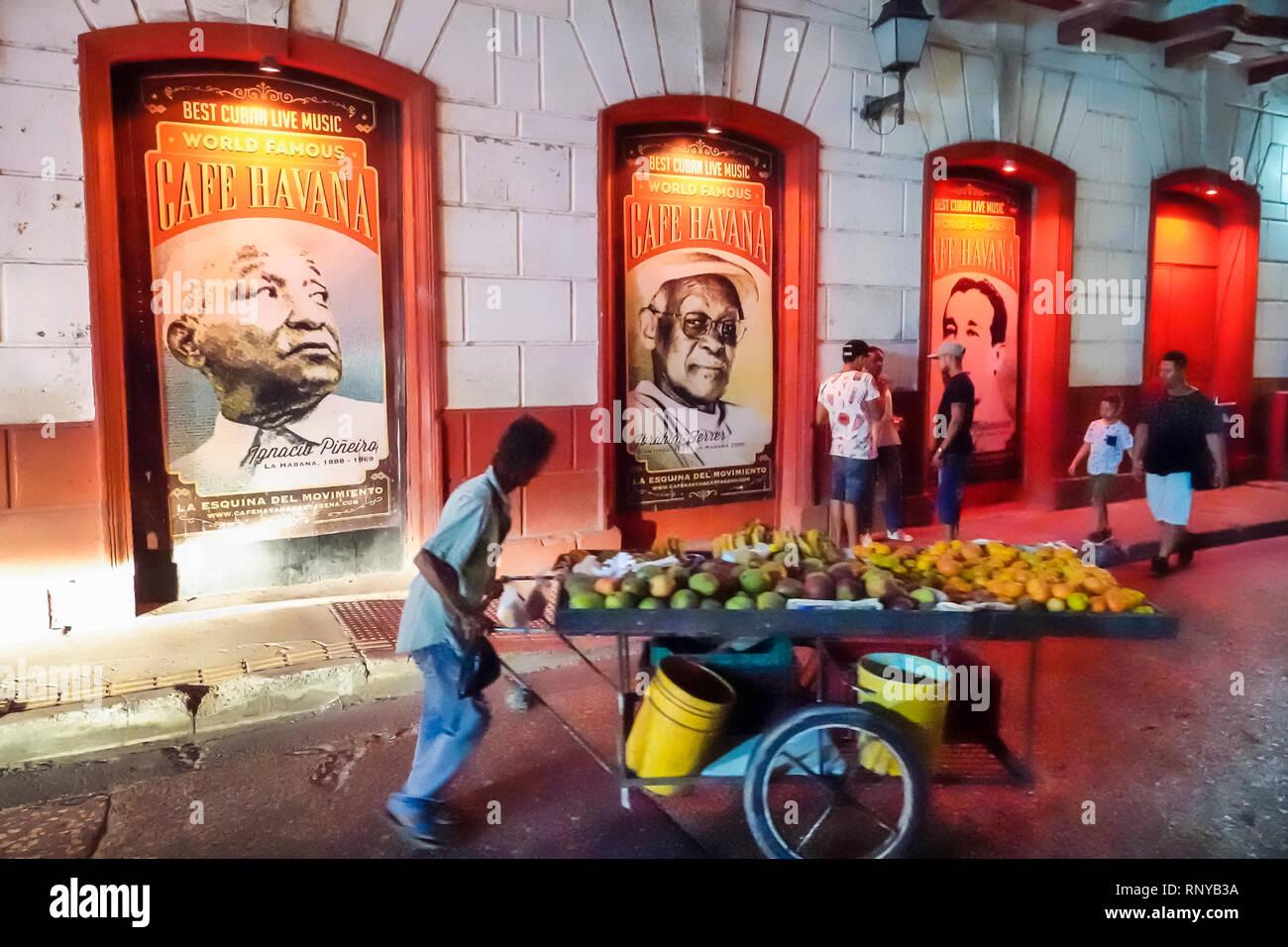 Cartagena Colombia, Centro de la Ciudad Vieja amurallada, centro Getsemani, residente hispano nocturno, Café Habana Ibrahim Ferrer Ignacio Pineira, carteles de barra de música en vivo p Foto de stock