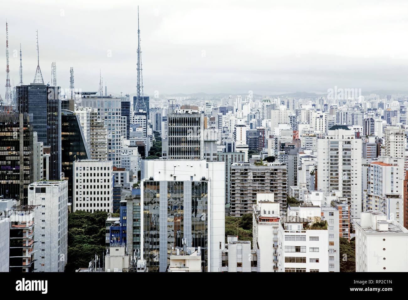 Filmación diurna del horizonte del centro de Sao Paulo, Brasil. Imagen De Stock