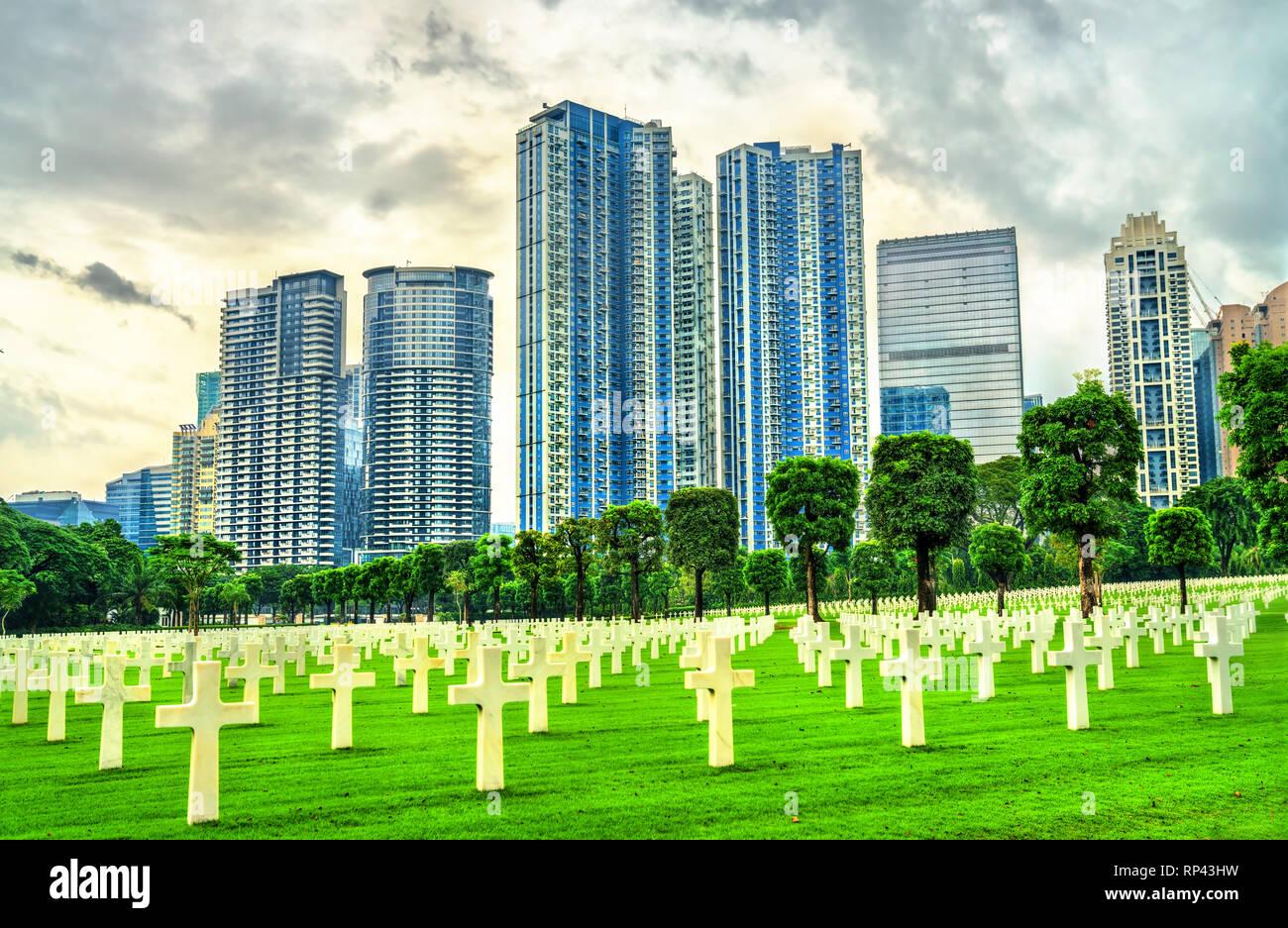 Rascacielos como se ve desde el Cementerio Americano de Manila, Filipinas Foto de stock
