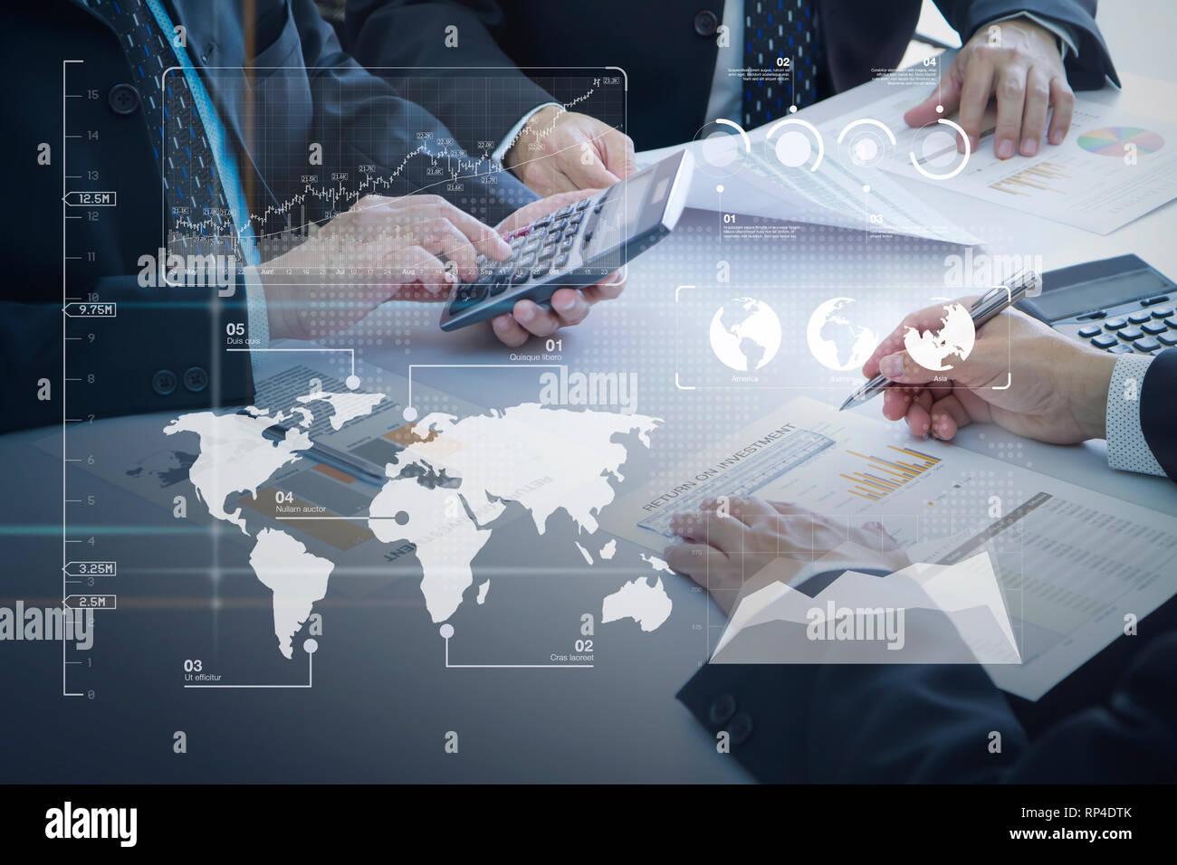 Los empresarios están profundamente revisar informes financieros para un retorno de la inversión o el análisis de riesgo de inversión. Foto de stock