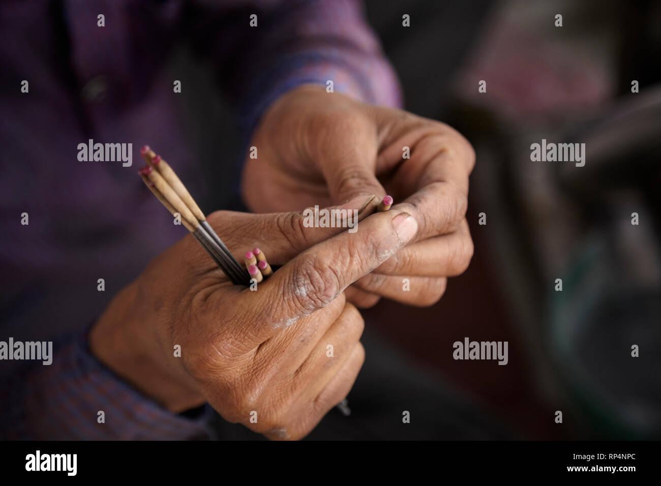 Artesanos pulidores de piedra preciosa en una pequeña fábrica. Imagen De Stock
