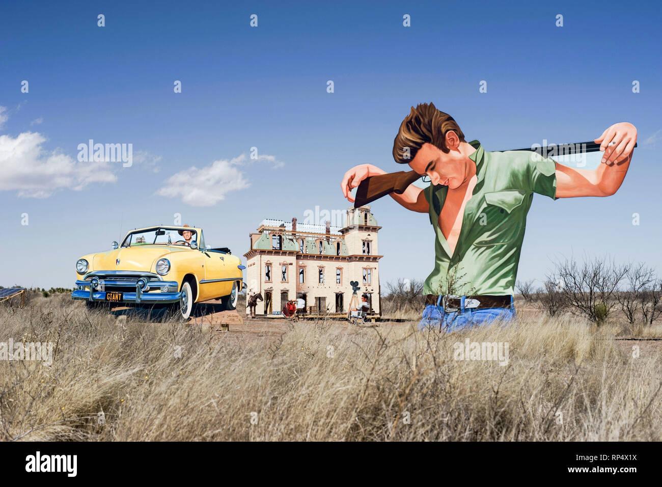 Recorte con la efigie del actor James Dean, parte de una exhibición al aire libre en el sitio en el oeste de Texas, donde se filmó la película gigante Imagen De Stock